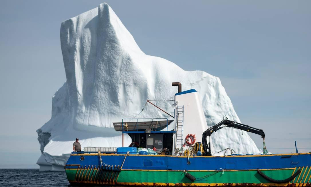 Ex-pescadores cruzam o Atlântico Norte em embarcações para recuperar pedaços de gelo para derreter e vender Foto: JOHANNES EISELE / AFP