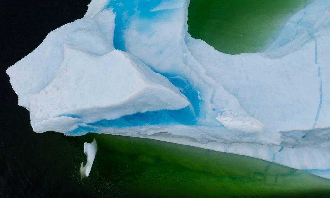Um iceberg flutua perto do litoral de King's Point, em Newfoundland, Canadá. Centro da pesca do bacalhau, a província da ilha agora vê mais e mais icebergs que se desprendem das geleiras da Groenlândia à Terra Nova Foto: JOHANNES EISELE / AFP