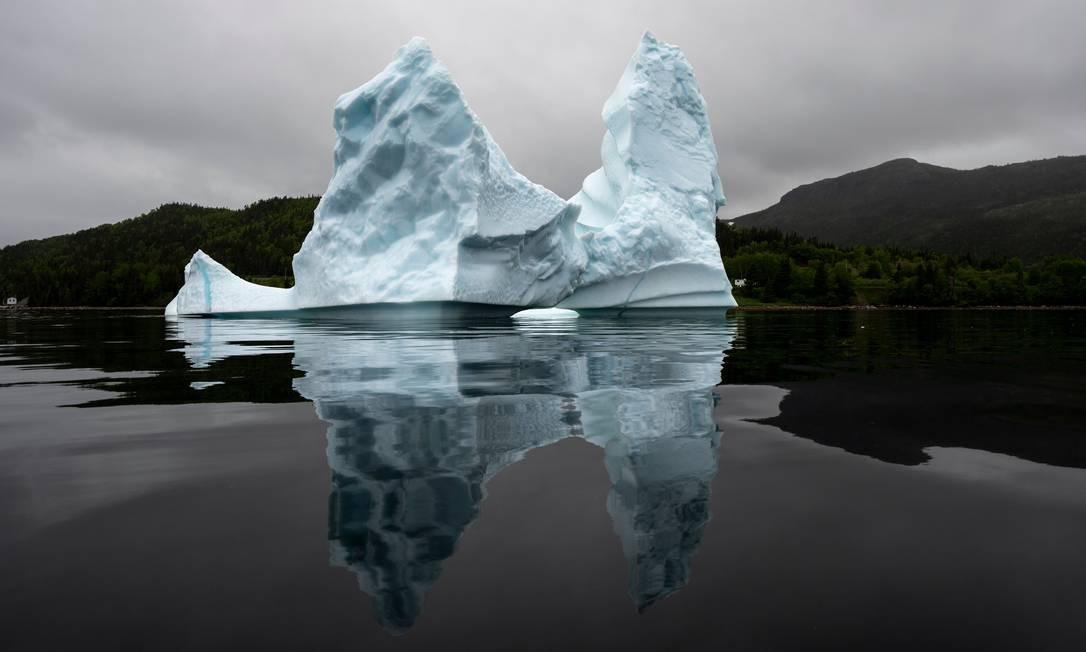 A abundância de icebergs, nas águas canadenses, aumentou o comércio de água das geleiras e criou uma nova forma de turismo, a observação de iceberg Foto: JOHANNES EISELE / AFP