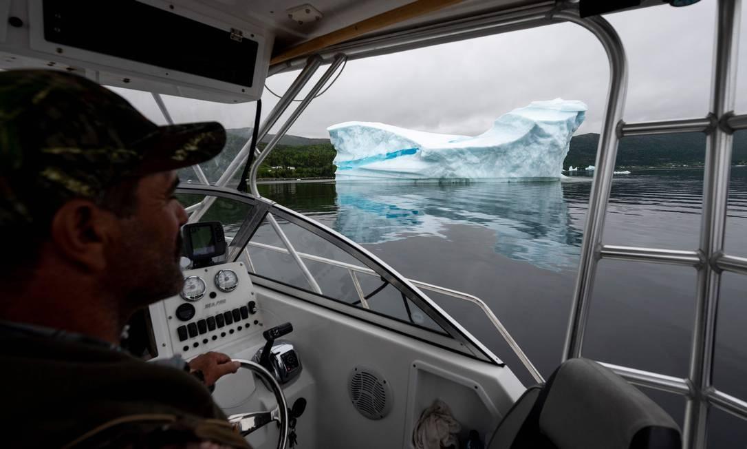 Guia turiístico leva os visitantes para verem os icebergs Foto: JOHANNES EISELE / AFP