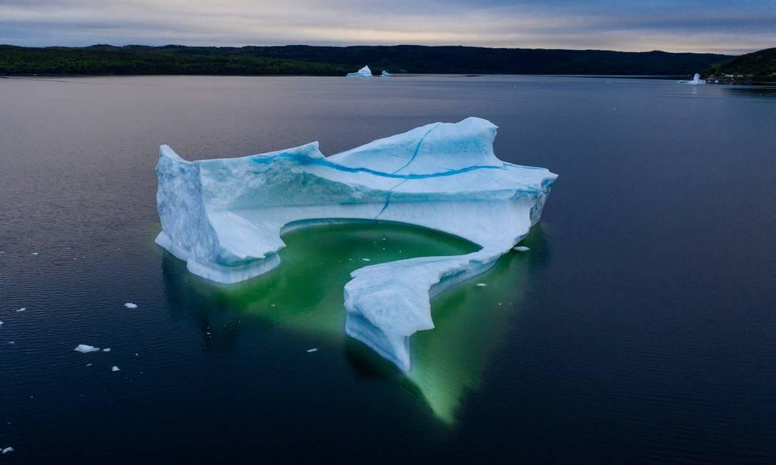 No total, eles coletam cerca de 800 mil litros de água entre maio e julho, a alta temporada dos icebergs. Os compradores locais pagam um dólar por litro para comprar o precioso líquido Foto: JOHANNES EISELE / AFP
