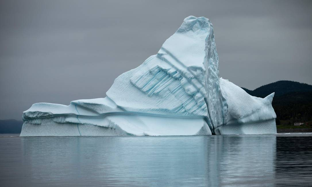 Icerberg flutua perto da costa do norte do Canadá Foto: JOHANNES EISELE / AFP