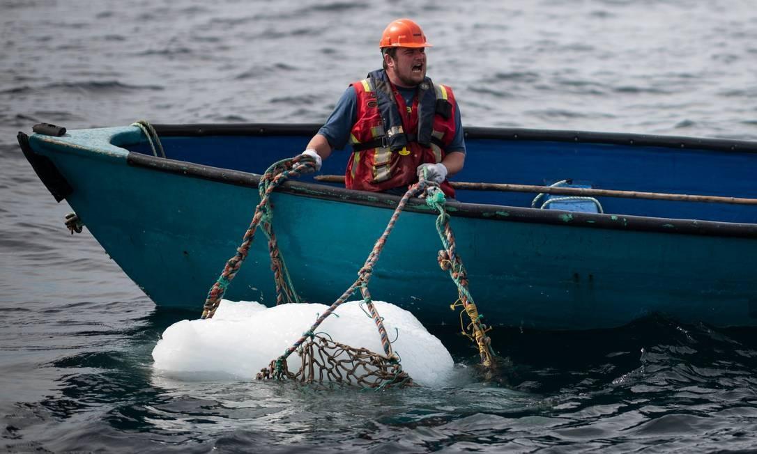 Barcos pequenos pegam os pedaços menores Foto: JOHANNES EISELE / AFP