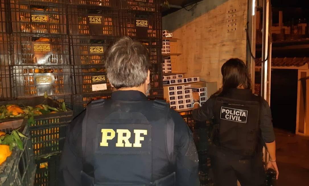 Cigarros contrabandreados estavam escondidos na carga de frutas Foto: Reprodução