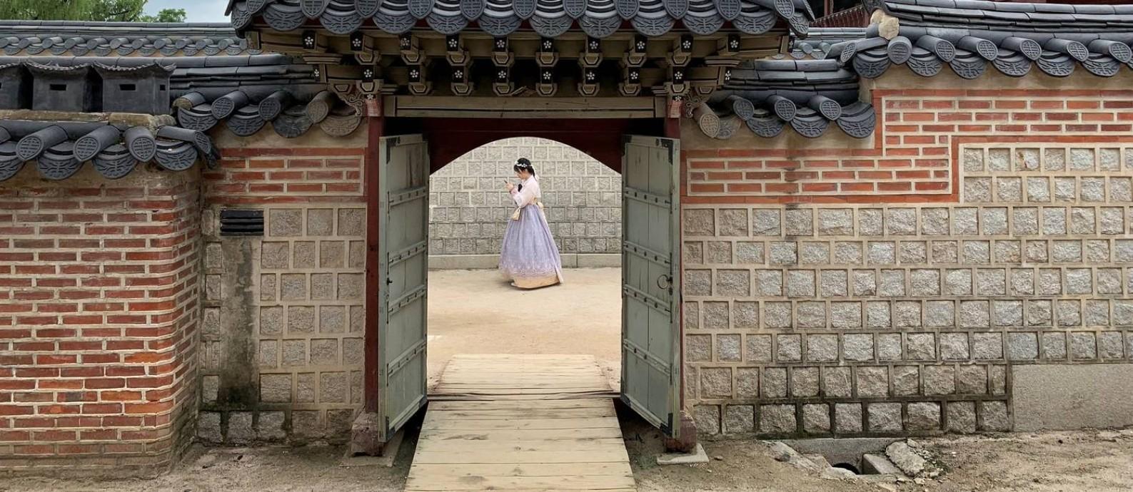 Turista com vestimentas típicas coreanas visita o Palácio Gyeongbokgung, em Seul, capital da Coreia do Sul Foto: ANTONIO BRONIC / REUTERS