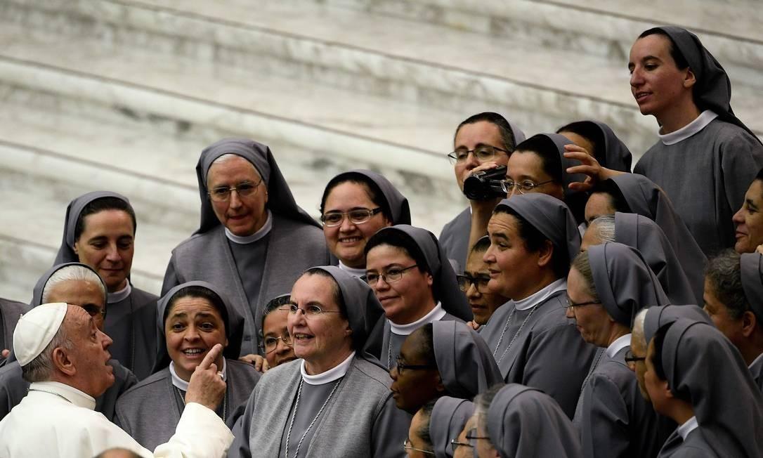 O Papa Francisco conversa com um grupo de freiras durante sua audiência geral semanal, no salão do Papa Paulo VI, no Vaticano Foto: FILIPPO MONTEFORTE / AFP