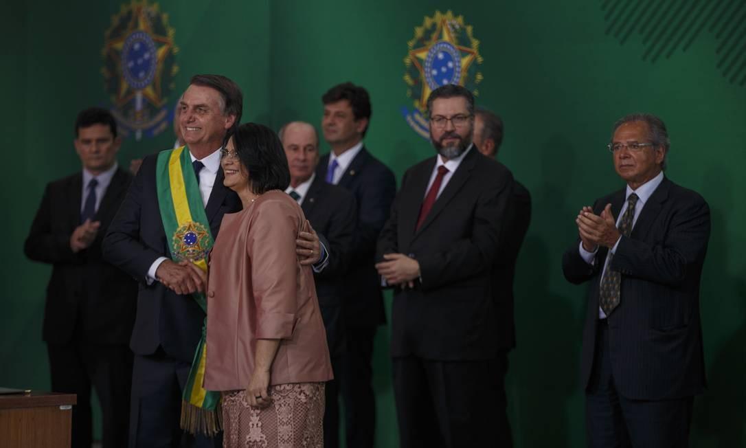 Damares com Jair Bolsonaro, na posse do presidente, em 1º de janeiro. Ministra já esteve no centro de diversas polêmicas desde que foi indicada para assumir a pasta Foto: Daniel Marenco / Agência O Globo