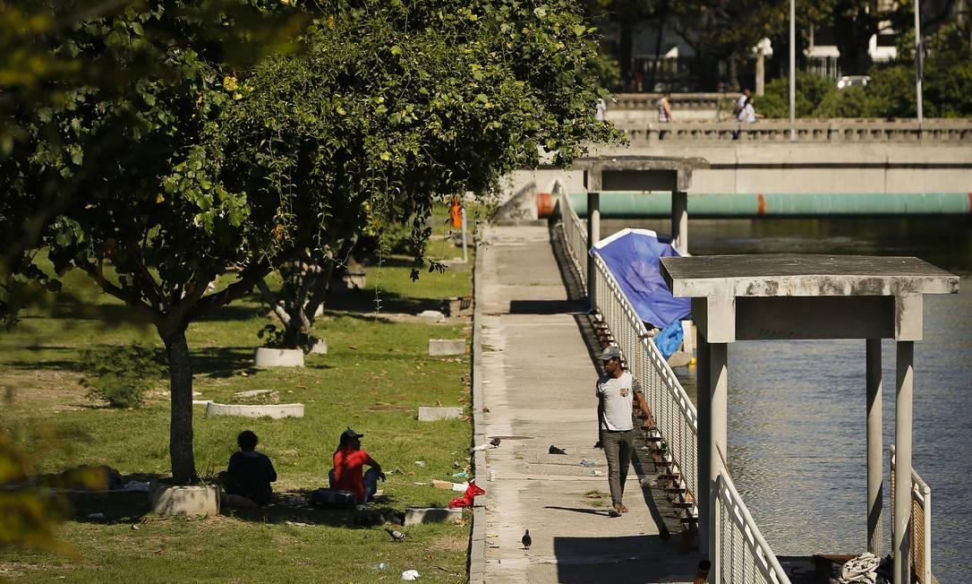 Moradores de rua, grades com ferrugem, buracos e lixo no Jardim de Alah Foto: Pablo Jacob / Agência O Globo