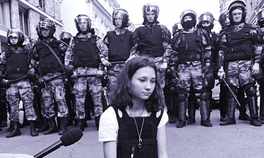 Olga sentada no chão durante protesto, bem à frente de policiais, com a constituição russa nas mãosentada no chão durante protesto, bem à frente de policiais, com a constituição russa nas mãos Foto: Reprodução do Instagram
