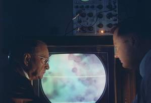 Cientistas estudam células de câncer em televisão, 1958 Foto: Walter Sanders / The LIFE Picture Collection via