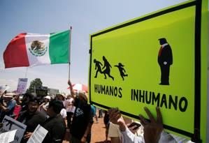 Manifestantes seguram cartazes contra Trump e bandeira mexicana em protesto contra a visita do presidente dos EUA a El Paso, palco de ataque a tiros que deixou 22 pessoas mortas no último sábado e está sendo investigado como crime de ódio Foto: JOSE LUIS GONZALEZ/REUTERS