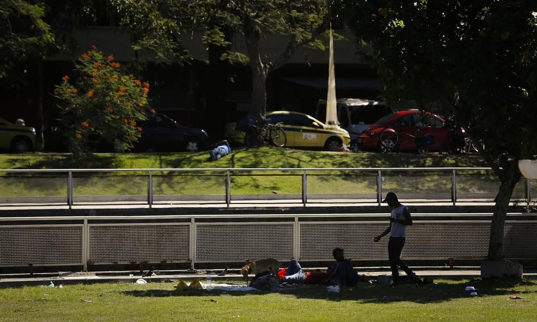 O Jardim de Alah é constantemente tomado por pessoas em situação de rua. Segundo o governo, falta recursos nos cofres municipais para investir e manter o espaço Foto: Pablo Jacob / Agência O Globo