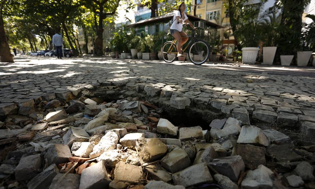 Calçada de pedras portuguesas também esperam por manutenção. Moradores se opõem à mudança Foto: Pablo Jacob / Agência O Globo