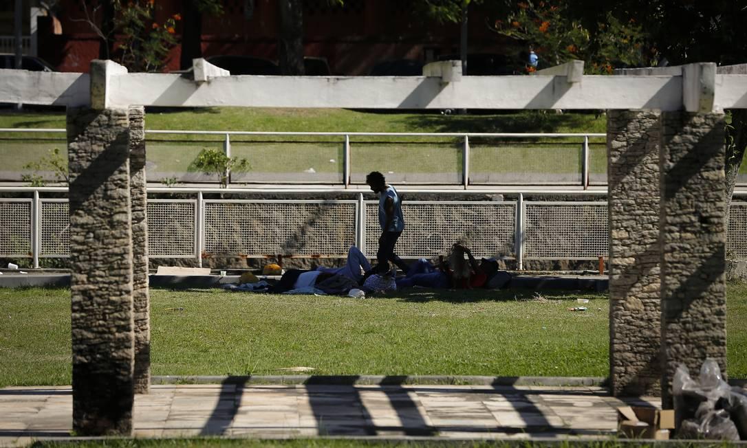 Pessoas em situação de rua ocupam gramado do Jardim de Alah Foto: Pablo Jacob / Agência O Globo