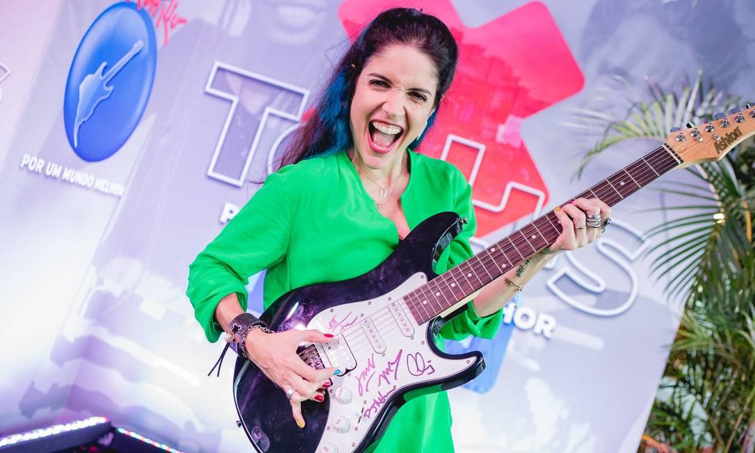 Roberta Medina com a guitarra do Maroon 5 Foto: Divulgação/I hate flash