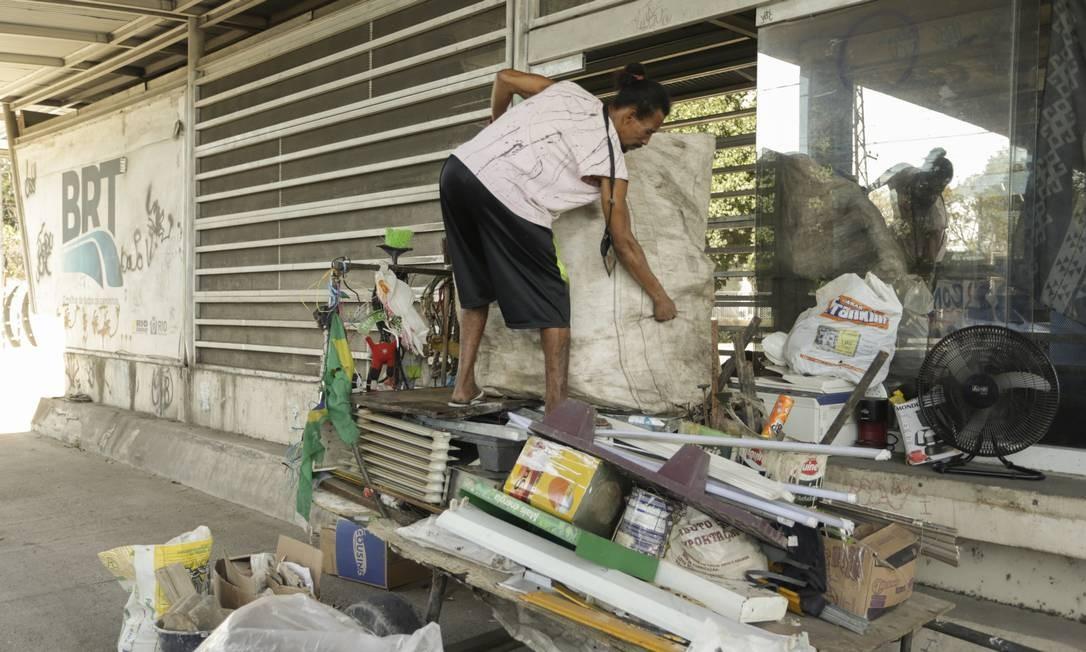 Na estação Prefeito Alim Pedro, em Campo Grande, homem em situação de rua usa a estação como depósito do lixo que recolhe para reciclar Foto: Gabriel de Paiva / Agência O Globo