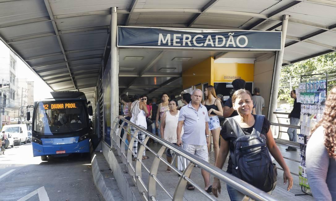 Segundo a prefeitura, empresas estão obrigadas a comprar 150 novos ônibus e recuperar outros 90, investir R$ 6 milhões por ano em segurança e R$18 milhões em reforma das estações, além de reabrir as estações fechadas na Cesário de Melo Foto: Gabriel de Paiva / Agência O Globo