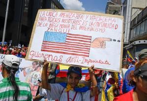 Manifestante favorável ao governo Maduro segura cartaz com críticas aos EUA em protesto nesta quarta em Caracas: UE e americanos buscam caimnhos diferentes para solucionar crise na Venezuela Foto: FEDERICO PARRA/AFP