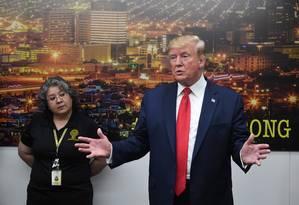 Trump no cenro de emergência de El Paso, após o massacre que deixou 22 mortos no fim de semana Foto: SAUL LOEB / AFP