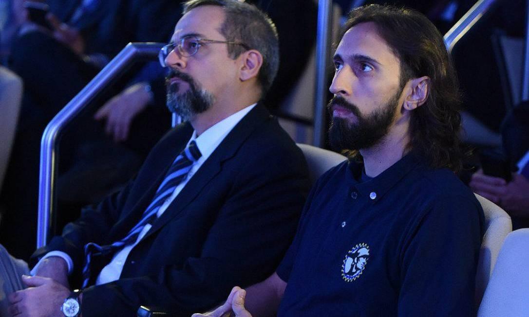 O ministro Abraham Weintraub e o presidente da UNE, Iago Montalvão, durante apresentação do Future-se Foto: Reprodução