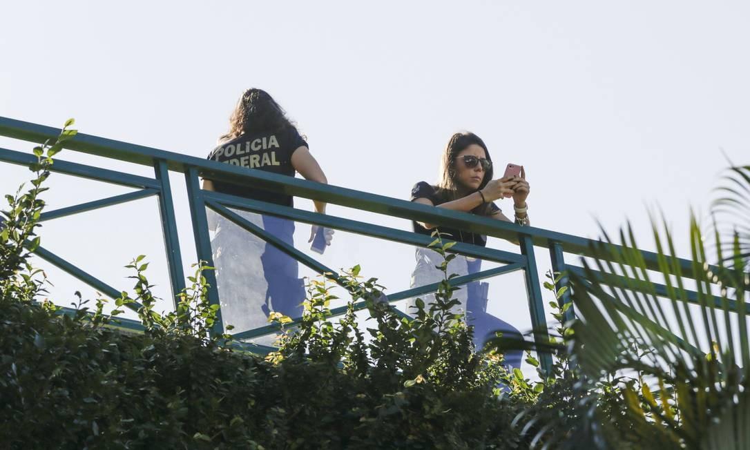 Agentes da Polícia Federal na casa de Eike na manhã desta quinta-feira (08/08/2019) Foto: Gabriel de Paiva / Agência O Globo
