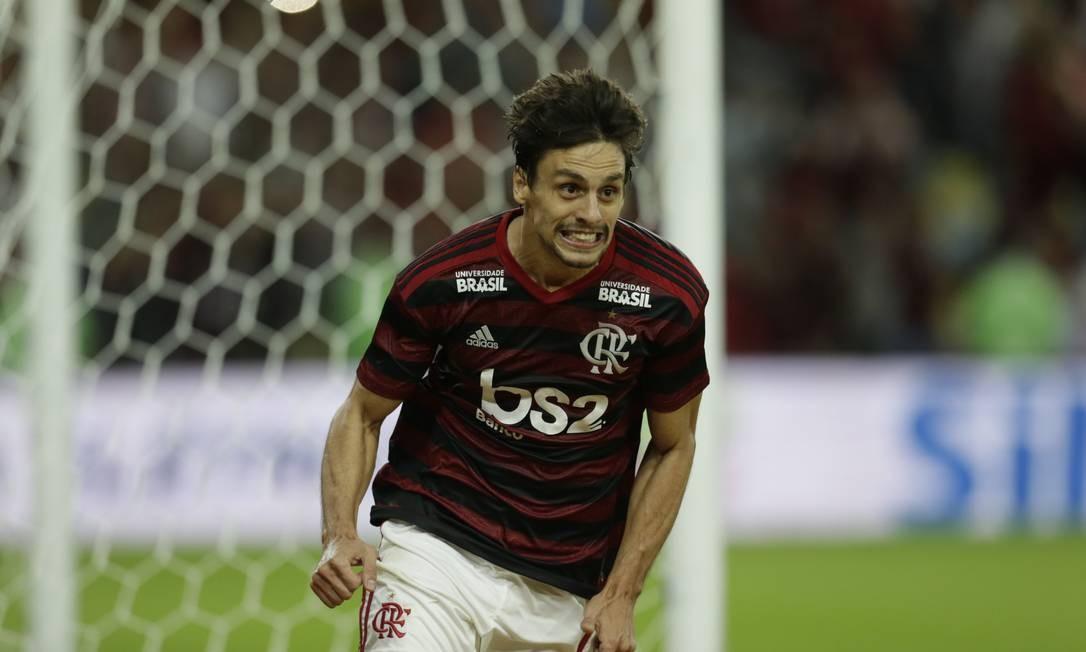 O zagueiro Rodrigo Caio, de 25 anos, despontou no São Paulo. Mas sua relação com a torcida paulista estava desgastada no momento da venda ao Flamengo Foto: Marcelo Theobald / Agência O Globo