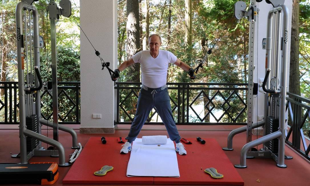 Putin faz exercícios em academia na residência do estado de Bocharov Ruchei, em Sochi, em 30 de agosto de 2015 Foto: MIKHAIL KLIMENTYEV / AFP