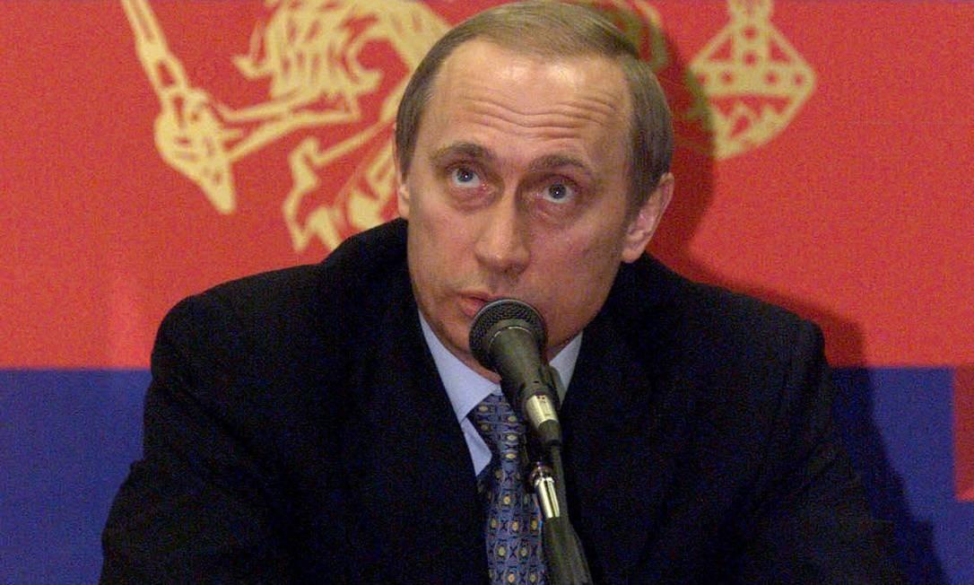 Quando nomeado primeiro-ministro da Rússia, muitos pensavam que o então desconhecido diretor da antiga KGB continuaria as reformas democráticas após o fim da União Soviética. Desde então, porém, impôs seu poder unipessoal e parece determinado a conservar sua autoridade. Na imagem, de 21 de março de 2000, Putin responde à pergunta de um jornalista durante coletiva de imprensa na cidade de Nizhny Novgorod Foto: SERGEI KARPUKHIN / AFP