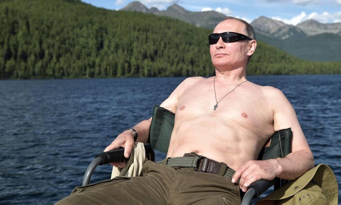 Durante suas férias, Putin relaxa enquanto toma banho de sol na região de Tuva, no sul da Sibéria, em agosto de 2017 Foto: ALEXEY NIKOLSKY / AFP
