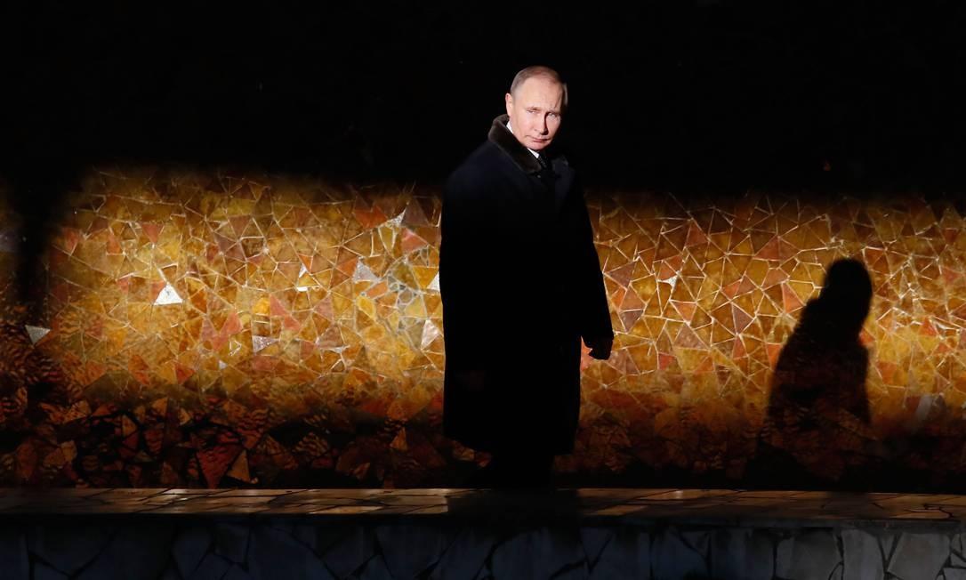 O presidente russo, Vladimir Putin, em 2 de fevereiro de 2018, caminha enquanto ele assiste a uma cerimônia na chama eterna do complexo memorial Mamayev Kurgan, na cidade de Volgograd, durante um evento para comemorar o 75º aniversário do batalha de Stalingrado Foto: MAXIM SHEMETOV / AFP