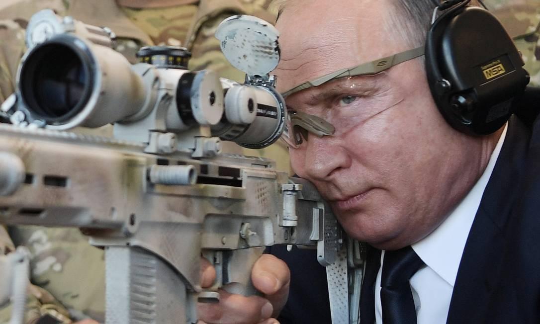 Em 19 de setembro de 2018, Putin olha através do telescópio enquanto dispara um rifle Chukavin (SVC-380) durante uma visita ao parque militar Patriot Park, em Kubinka, nos arredores de Moscou. Atualmente, o presidende e todo seu entorno buscam todos os meios para não deixar o poder Foto: ALEXEY NIKOLSKY / AFP