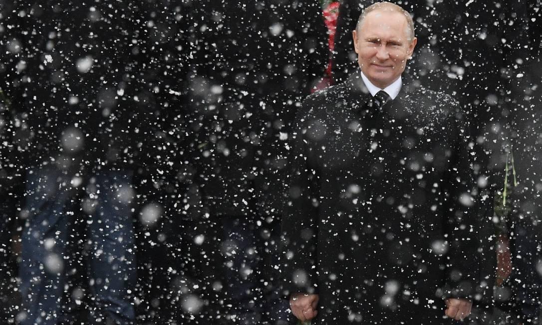 O presidente russo, Vladimir Putin, retratado em fevereiro de 2017, durante uma cerimônia na Tumba do Soldado Desconhecido, perto do muro do Kremlin, para marcar o Dia do Defensor da Pátria, em Moscou. Foto: NATALIA KOLESNIKOVA / AFP