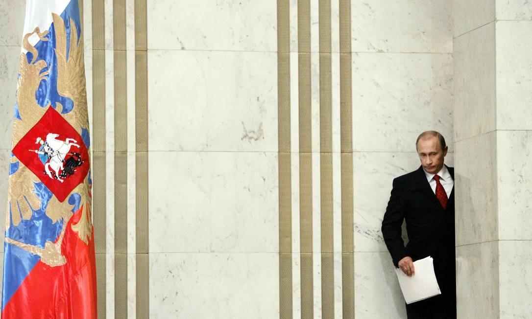 Putin, em 31 de janeiro de 2006, entra para sua conferência de imprensa anual em Moscou. Presidente passou do primeiro-ministro disposto a manter boas relações com os ocidentais a reacionário, na visão do jornalista político Georgui Bovt Foto: YURI KADOBNOV / AFP