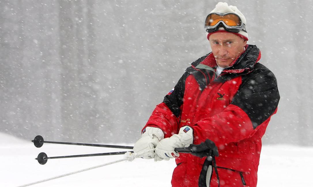 Vladimir Putin anda em um snowmobile, em 20 de fevereiro de 2007, enquanto visita uma montanha do resort de Sochi. Suposto fim de seu mandato deixa incertezas na classe política russa quantos as intenções do presidente Foto: MAXIM MARMUR / AFP