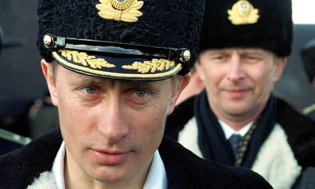 """Em 6 de abril de 2000, Putin usa uniforme da marinha enquanto assiste aos exercícios táticos da Frota do Norte no Mar de Barentsevo, do submarino nuclear """"Karelia"""". Foto: - / AFP"""