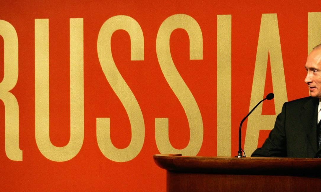 """O presidente russo Vladimir Putin discursa durante uma cerimônia de abertura no Museu Guggenheim, em Nova York, em 14 de setembro de 2005. """" Foto: ALEXEY PANOV / AFP"""