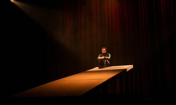 Gregório Duvivier em cena do monólogo 'Sísifo' Foto: Annelize Tozetto / Divulgação