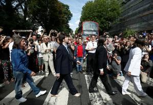 Banda cover dos Beatles tira foto na famosa faixa de pedestre em Londres Foto: HENRY NICHOLLS / REUTERS