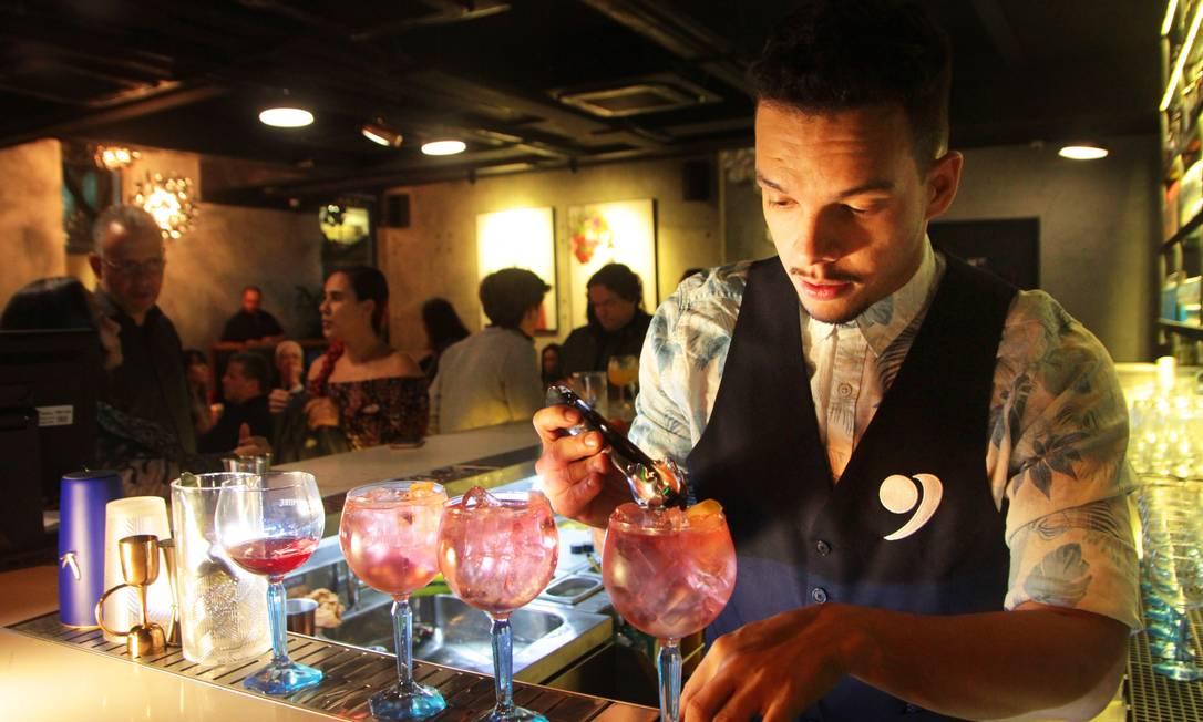 Em ação: Igor Renovato é o chefe de bar do Garoa Lounge Foto: Divulgação/Fernanda Dias