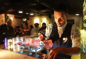 No balcão: o barman Igor Renovato transita entre as duas casas da marca Foto: Divulgação/Fernanda Dias