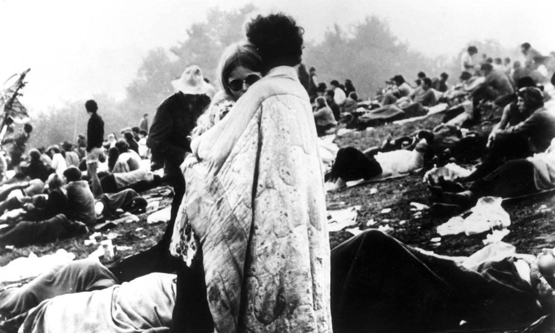 A foto de agosto de 1969 de um casal se abraçando virou o símbolo do festival Woodstock Foto: Agência O Globo