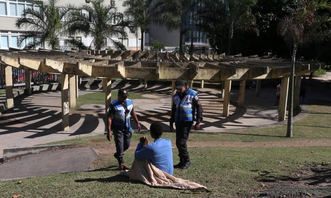 Situado no Arpoador, o Parque Garota de Ipanema se encontra em estado de abandono. Na imagem, policiais abordam moradores de rua, que utilizam o parque constantemente como dormitório ou para uso de drogas Foto: Fabiano Rocha / Agência O Globo