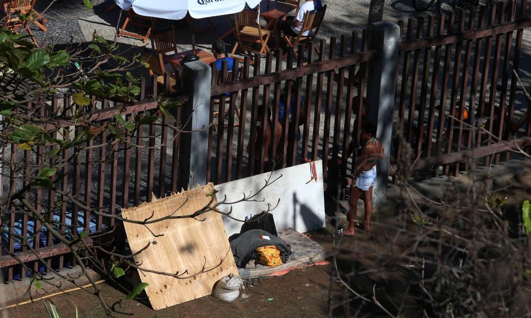 Moradores de rua se abrigam no parque, preocupando os frequentadores Foto: Fabiano Rocha / Agência O Globo