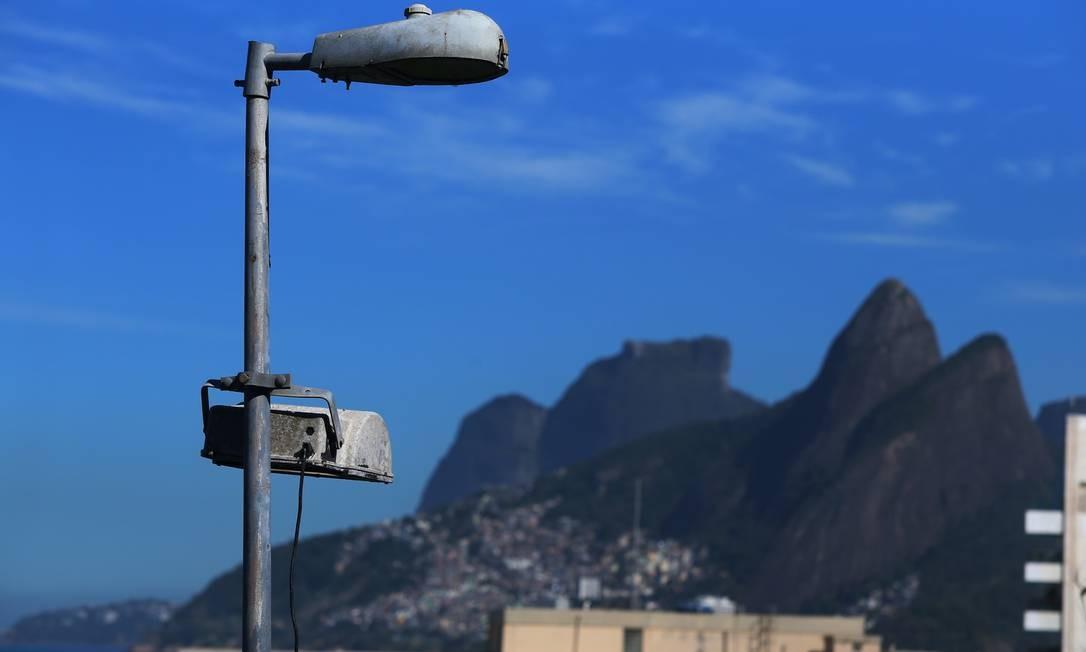 Postes de liluminação estão quebrados, e matagal tomou conta do local Foto: Fabiano Rocha / Agência O Globo