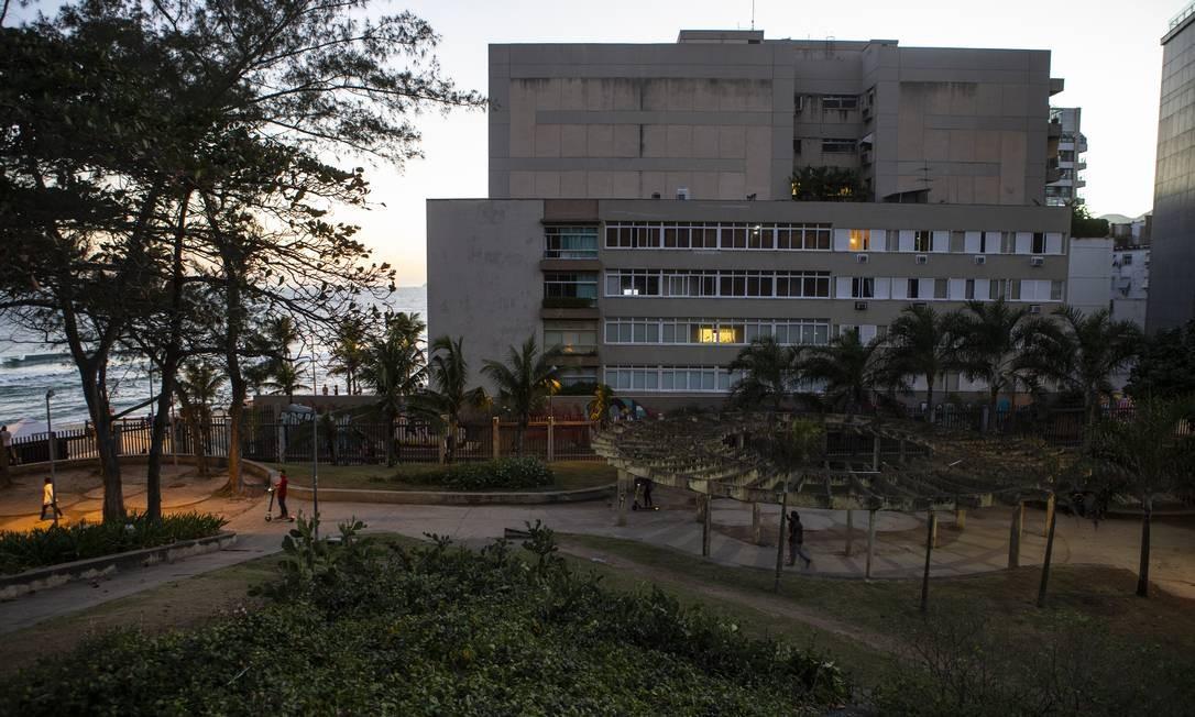 O atual cenário do Parque Garota de Ipanema, no Arpoador, em nada lembra a beleza cantada por Tom Jobim na música que batizou o espaço Foto: Alexandre Cassiano / Agência O Globo