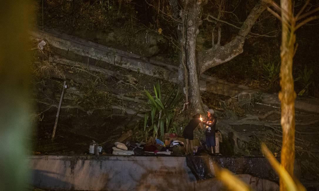 À noite, o Parque Garota de Ipanema vira também ponto de usuários de crack, que consomem a droga sem cerimônia Foto: Alexandre Cassiano / Agência O Globo