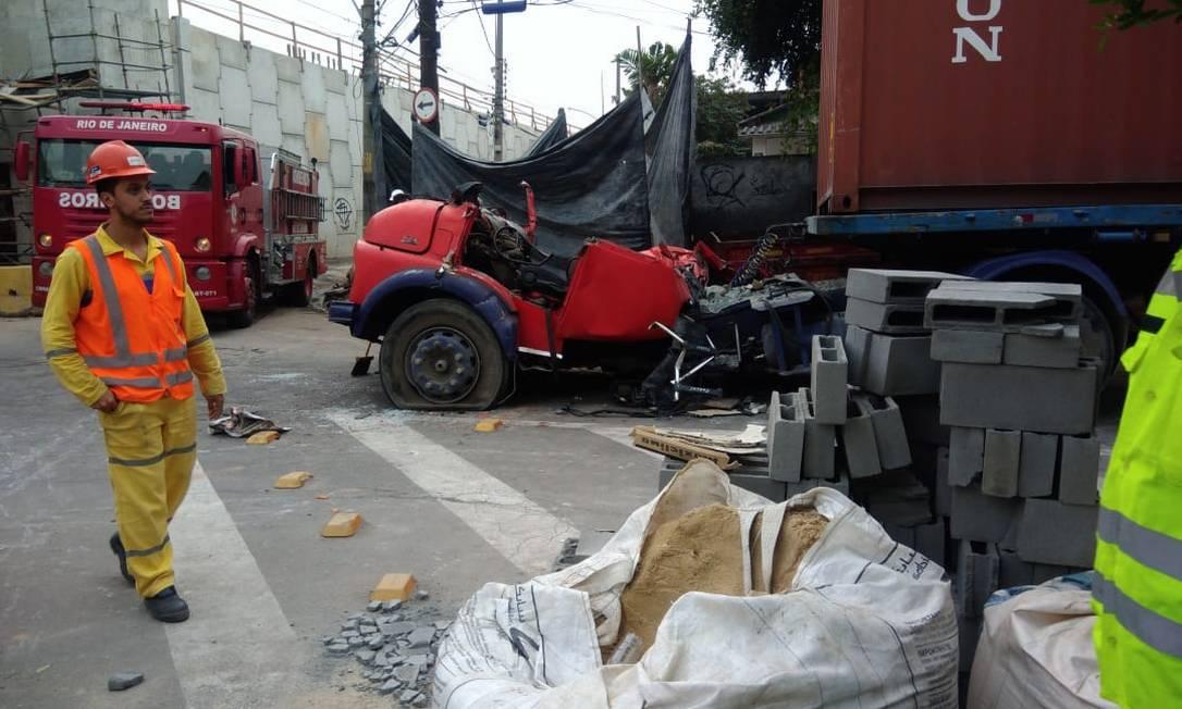 As vigas foram colocadas como parte das obras do BRT Transbrasil Foto: Letícia Gasparini / Agência O Globo