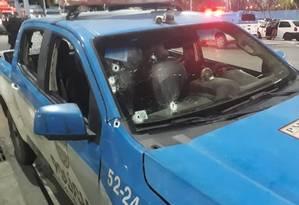 Marcas de tiros no carro da Polícia Militar Foto: Reprodução
