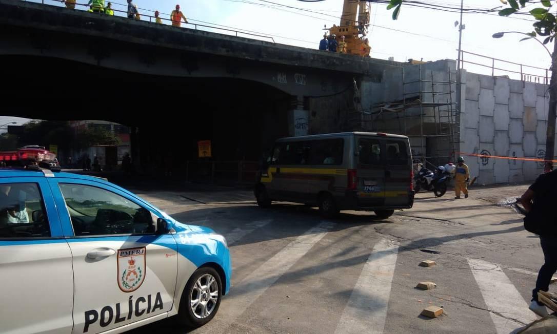 De acordo com moradores, novas vigas foram colocadas no viaduto na madrugada da última terça-feira Foto: Letícia Gasparini / Agência O Globo