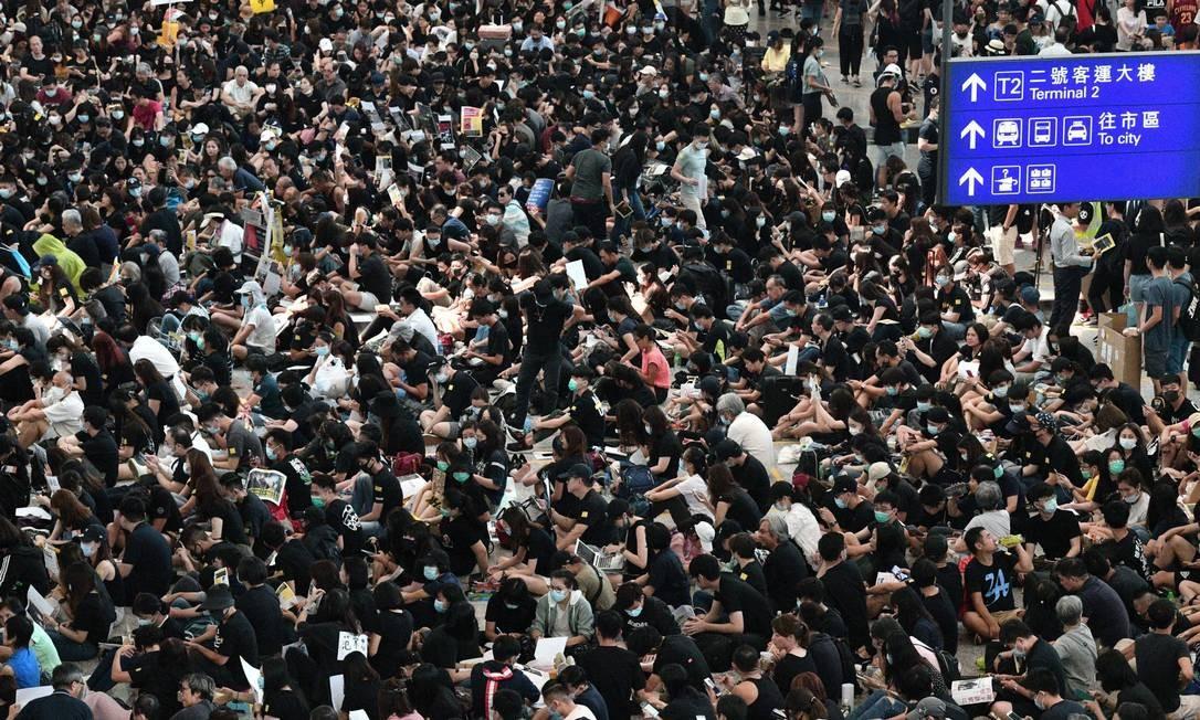 Manifestantes ocupam o aeroporto de Hong Kong em protesto antigoverno Foto: ANTHONY WALLACE / AFP